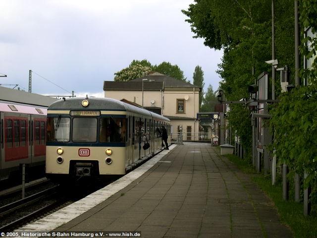 In Pinneberg konnten wir das nach der Abbestellung des S21-Verkehrs nach Pinneberg nicht mehr planmäßig genutzte Bahnsteiggleis 1 für eine Pause nutzen. Der Zug ist hier seiner Zeit allerdings etwas voraus, denn zum Flughafen wird man erst 2008 reisen können. Aber bereits 1993 war das Ziel auf den Rollbändern vorgesehen worden.