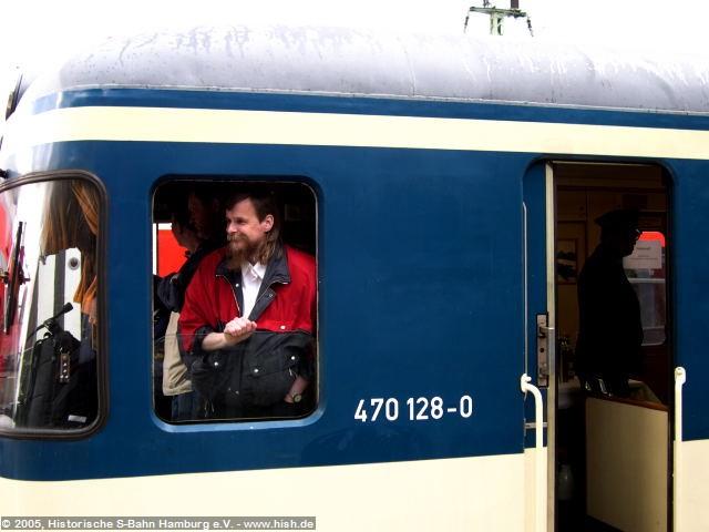 Während die heutigen S-Bahnen via infrarotübertragenen Monitorbilder vom Tf abgefertigt werden, ist dieses System beim 470 unbekannt. Ein Zugschaffner muß daher die Abfahrbereitschaft durch Augenschein feststellen. Auf der Fahrt von Pinneberg nach Poppenbüttel nahm dies in bewährter, herzlicher Art und Weise Rainer Semm wahr.