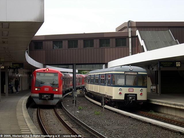 Während des Aufenthaltes im Bahnhof Berliner Tor kam es auch zur Begegnung von Gegenwart und Vergangenheit der Hamburger S-Bahn: Ein Zug der BR 474 neben unserem 470 428.