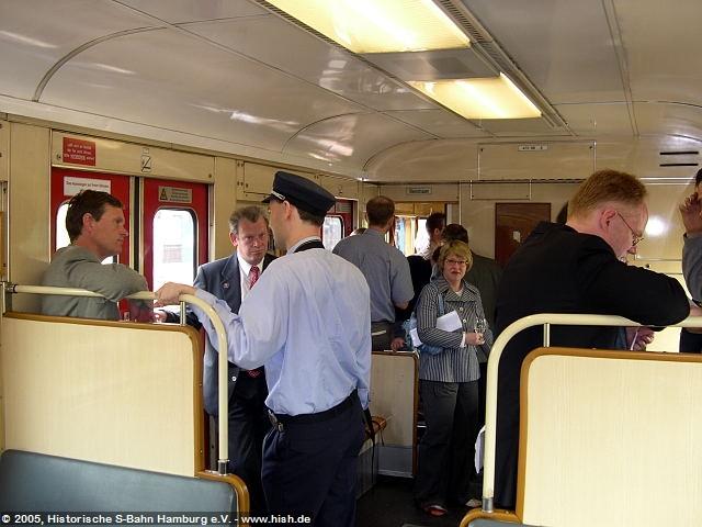 Während der Fahrt konnte die Presse ausgiebig mit dem Sprecher der Geschäftsführung der S-Bahn Hamburg GmbH, mit der Pressesprecherin der S-Bahn Hamburg GmbH, sowie mit dem Vorsitzenden des Vereins Historische S-Bahn Hamburg e.V., Gespräche rund um die S-Bahn in Vergangenheit und Zukunft führen.