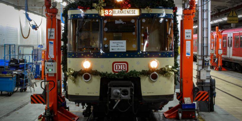 Mittlerweile ist es dunkel geworden und der Zug ist nun bereit für die Weihnachtsfahrten. Auch hier bietet das Ziel bereits einen Vorgeschmack: Unsere Bergedorf-Touren am zweiten und dritten Adventswochenende verlängern wir bis Blankenese.