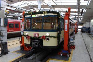 Die Girlande am 470 428 hängt nun. Das Zugziel bietet einen kleinen Vorgeschmack auf die Fahrten.