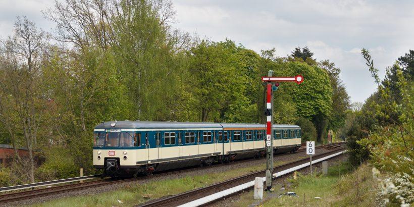Der Traditionszug 470 128 bei der Stadtrundfahrt 2017 in Klein Flottbek